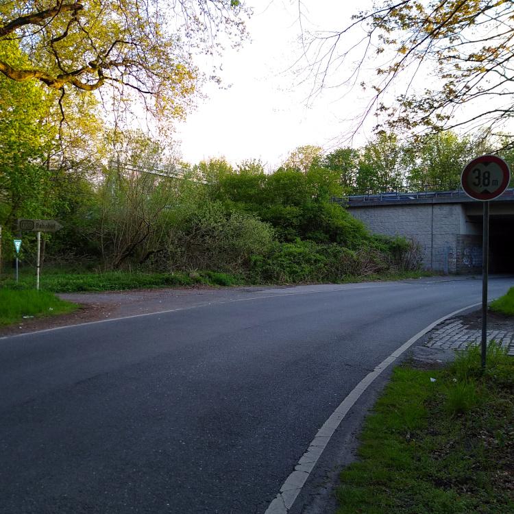 Altes Hinweisschild zum Bahnhof am Worringer Reitweg
