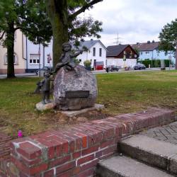 Skulptur Kindergarten vor Kirche St. Barbara in Mülheim-Dümpten
