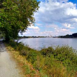 Blick auf den Rhein und die Industrieanlagen von ThyssenKrupp